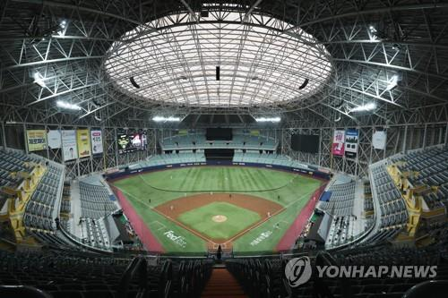 An exhibition game between the Kiwoom Heroes and the Doosan Bears is under way at Gocheok Sky Dome in Seoul on April 29, 2020. The game was played without spectators amid the coronavirus pandemic. (Yonhap)