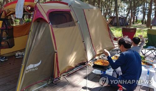 A man cooks at a campground in Gangneung, Gangwon Province, on May 14, 2020. (Yonhap)