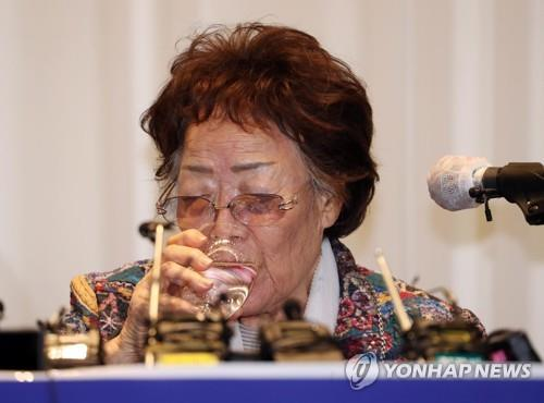 Lee Yong-soo, a former wartime sexual slavery victim, sips water during a press conference in Daegu, 302 kilometers southeast of Seoul, on May 25, 2020. (Yonhap)