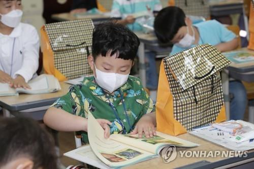 A boy reads a textbook at Suwan Elementary School in Gwangju, a southwestern city, on May 27, 2020. (Yonhap)
