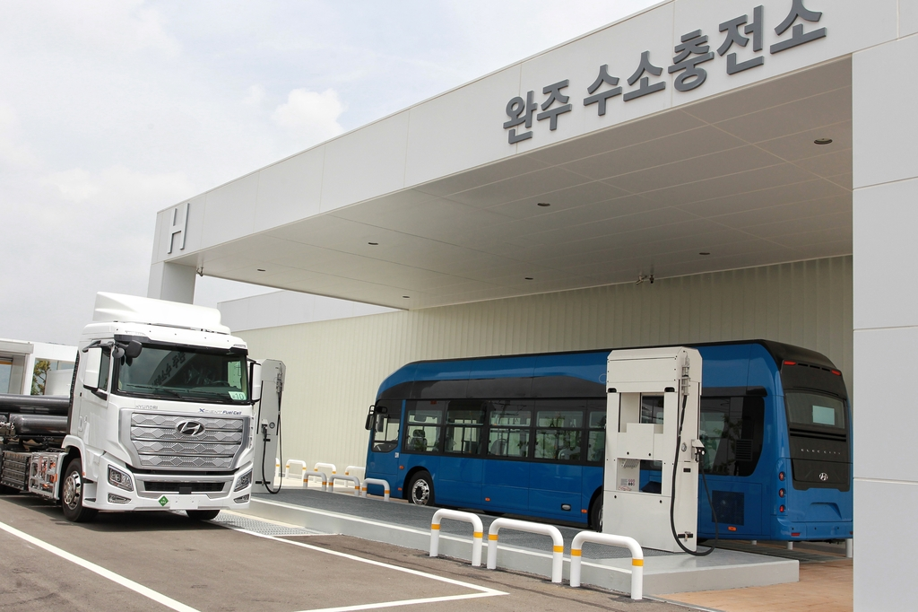 This photo, taken on June 3, 2020, shows Hyundai Motor Co.'s first charging station for hydrogen-powered commercial vehicles at its Jeonju plant, 240 km south of Seoul. (PHOTO NOT FOR SALE)(Yonhap)