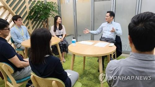 Samsung Electronics Vice Chairman Lee Jae-yong (2nd from R) talks with researchers at the company's home appliance business division in Suwon, just south of Seoul, on June 23, 2020, in this photo provided by Samsung Electronics Co. (PHOTO NOT FOR SALE) (Yonhap)