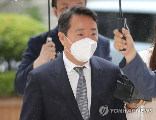 Former Kolon Group chief Lee Woong-yeol enters the Seoul Central District Court to attend a hearing to determine whether to issue an arrest warrant for him over a drug development case on June 30, 2020. (Yonhap)