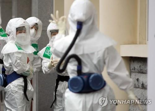 In this file photo taken April 17, 2020, a medical worker gestures toward her colleagues as she enters a special ward for coronavirus patients at Keimyung University Daegu Dongsan Hospital in the southeastern city of Daegu. (Yonhap)