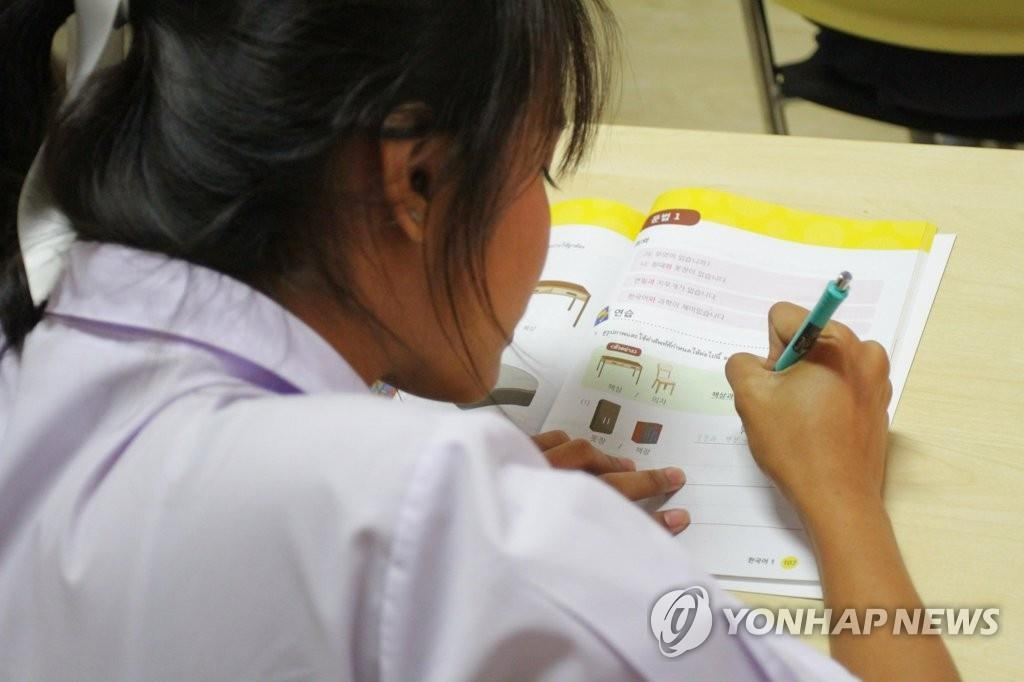 This undated file photo provided by the Ministry of Education shows a Thai student learning Korean. (PHOTO NOT FOR SALE) (Yonhap).