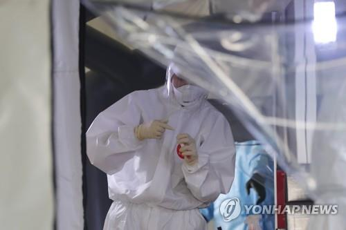 A medical employee works at a makeshift clinic in Gwangju, 330 kilometers south of Seoul, on July 9, 2020. (Yonhap)