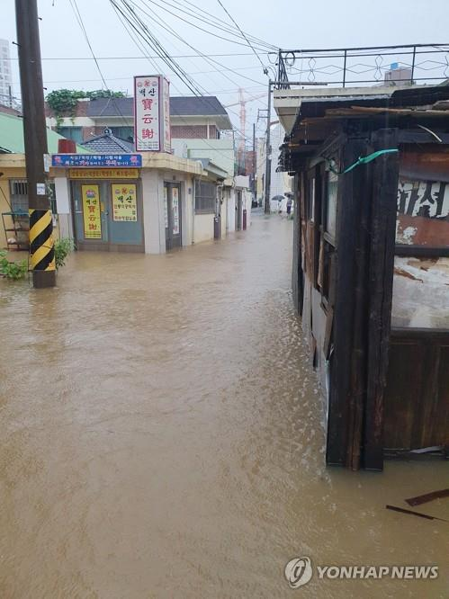 A residential area in Gwangju remains flooded after heavy downpours in the southwestern city in this photo provided by a resident. (PHOTO NOT FOR SALE) (Yonhap)