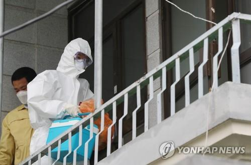 A medical worker in protective gear visits a house in Gwangju, 330 kilometers southwest of Seoul, on July 15, 2020, to conduct a coronavirus test on a resident who has been kept under quarantine at home. (Yonhap)