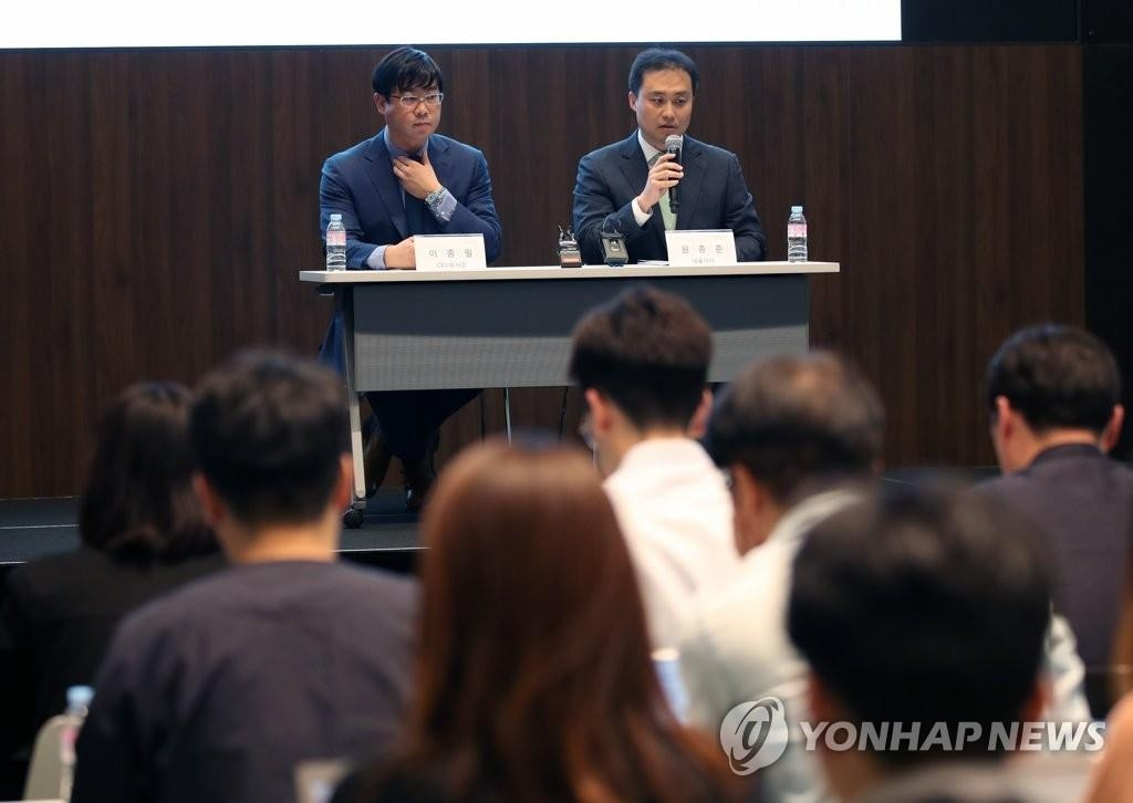 The undated file photo shows Lee Jong-pil (L), a former executive at Lime Asset Management Co., and Won Jong-jun (R), the company's CEO. (Yonhap)