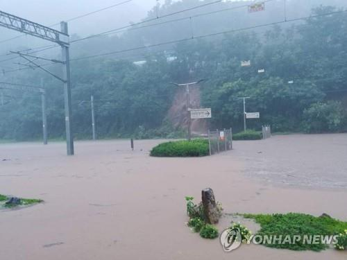 A railway running through Chungju, North Chungcheong Province, is submerged due to heavy rain, in this photo provided by the Korea Railroad Corp. (PHOTO NOT FOR SALE) (Yonhap)