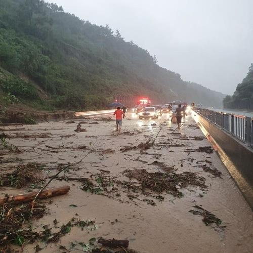 A photo taken by a reader shows the aftermath of a mudslide on an expressway running through Jecheon. (PHOTO NOT FOR SALE) (Yonhap)