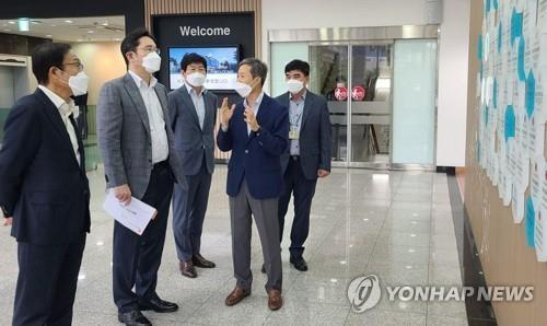 This photo, provided by Samsung Electronics on June 30, 2020, shows Samsung Electronics Vice Chairman Lee Jae-yong (2nd from L) listening to an executive's briefing during a visit to a production facility of Semes Co., a Samsung group affiliate that makes semiconductor and display manufacturing equipment, in Cheonan, some 90 kilometers south of Seoul. (PHOTO NOT FOR SALE) (Yonhap)