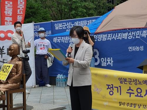 Lee Na-young, the head of the Korean Council for Justice and Remembrance of the Issues of Military Sexual Slavery by Japan, speaks at the 1,457th Wednesday protest rally held in front of the former Japanese Embassy site in central Seoul on Sept. 16, 2020. (Yonhap)