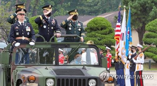 South Korean Joint Chiefs of Staff Chairman Gen. Park Han-ki (L) and U.S. Forces Korea Commander Gen. Robert Abrams (2nd from L) inspect an honor guard during a ceremony held in Seoul on Sept. 17, 2020. (Yonhap)