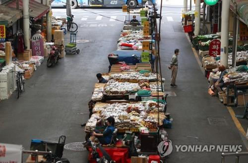 Seomun Market, the largest traditional market in Daegu, southeastern South Korea, remains empty of shoppers on the afternoon of Sept. 22, 2020, despite the approach of the Chuseok holiday. (Yonhap)