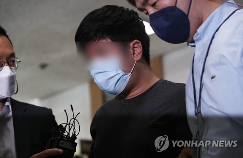 The alleged operator (C) of the so-called Digital Prison website is taken to a district court in the southeastern city of Daegu on Oct. 8, 2020, where a judge was to decide on his arrest in connection with the website's operation. (Yonhap)