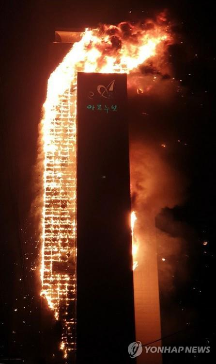 A 33-story apartment building in South Korea's southern city of Ulsan is engulfed in fire on Oct. 8, 2020, in this photo provided by a witness. (PHOTO NOT FOR SALE) (Yonhap)