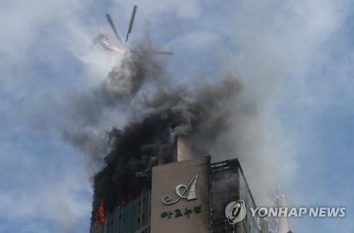 Smoke billows from a 33-story apartment building in the southeastern city of Ulsan on the morning of Oct. 9, 2020, after a fire broke out there at around 11 p.m. the previous day amid strong winds. (Yonhap)