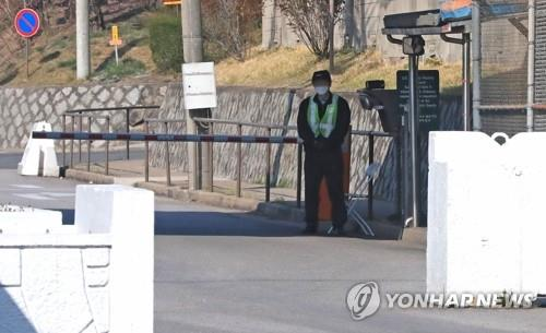In this file photo, taken on March 31, 2020, an employee of the U.S. Forces Korea (USFK) is on duty at the entrance of the U.S. Army's Yongsan Garrison in Seoul. (Yonhap)