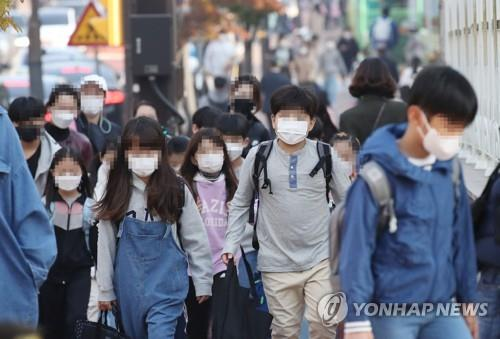 Students head to school in Goyang, Gyeonggi Province, on Oct. 19, 2020. (Yonhap)