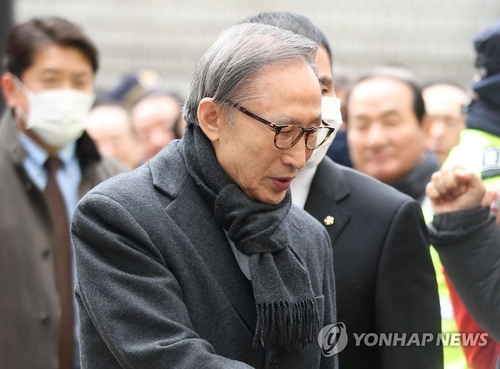 The file photo, taken Feb. 19, 2020, shows former South Korean President Lee Myung-bak greeting his supporters before attending his trial at the Seoul High Court. (Yonhap)