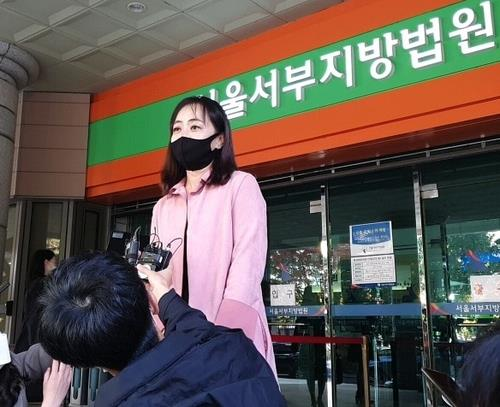 Kang Min-seo, the operator of a website that discloses the information of parents who fail to provide child support, speaks to the press after she was acquitted of defamation charges against a parent in front of the Seoul Western District Court on Oct. 29, 2020. (Yonhap)