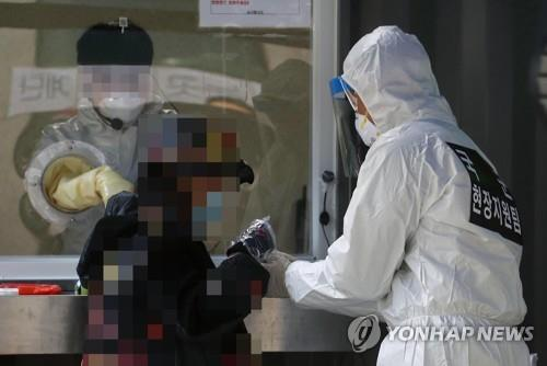 Special warfare soldiers work at a health center in Seoul on Dec. 14, 2020, as part of efforts to assist the government's epidemiological survey in the fight against COVID-19. (Pool photo) (Yonhap)