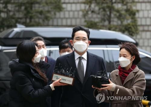 Lee Jae-yong, vice chairman of Samsung Electronics Co., arrives at the Seoul High Court to attend a sentencing hearing on Jan. 18, 2021. (Yonhap)
