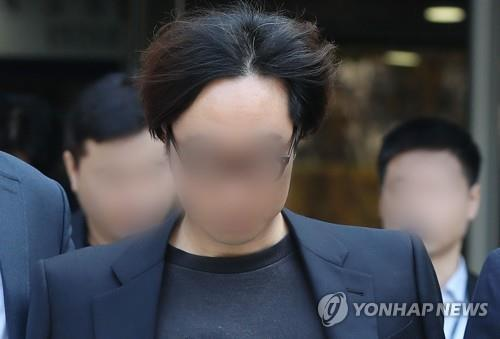 """Producer Ahn Joon-young leaves the Seoul Central District Court in handcuffs on Nov. 5, 2019, after attending a court review of his arrest warrant on charges of manipulating the text message-based vote results of """"Produce X 101,"""" a fan-voted K-pop competition show that ran on local cable channel Mnet. (Yonhap)"""
