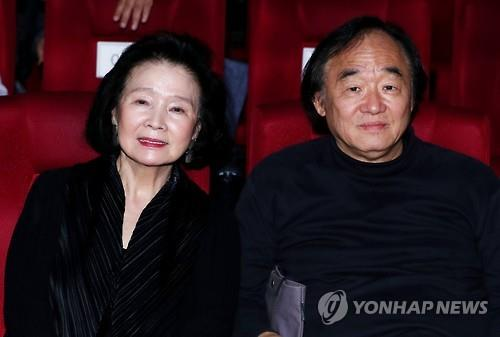 In this file photo taken Sept. 22, 2016, pianist Paik Kun-woo (R) and actress Yun Jung-hee participate in a special screening event in Seoul. (Yonhap)