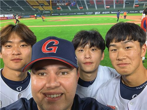 Josh Herzenberg, director of research and development for the Lotte Giants, poses with Lotte players for a selfie, in this photo provided by Herzenberg. (PHOTO NOT FOR SALE) (Yonhap)