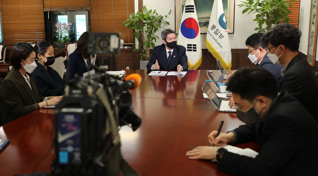 (Yonhap Interview) S. Korea ready to provide N. Korea with 'sizable' amount of food, fertilizer aid: unification minister - 2