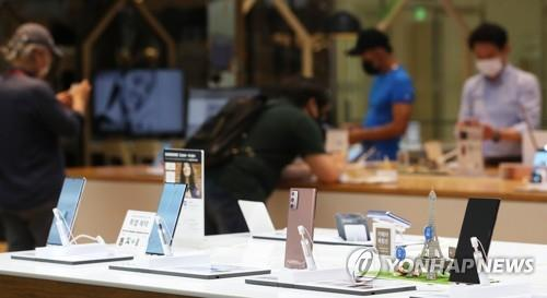 This file photo taken Aug. 7, 2020, shows Samsung Electronics Co.'s Galaxy Note 20 smartphones displayed at a store in Seoul. (Yonhap)