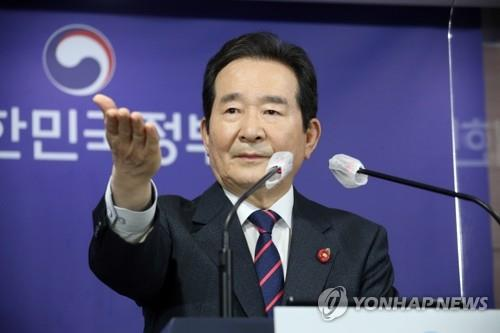 Prime Minister Chung Sye-kyun gestures to a reporter during a press conference at the government complex in Seoul on April 1, 2021. (Yonhap)