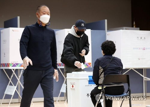 People cast their ballots to elect a new Seoul mayor at a polling station in western Seoul on April 7, 2021. (Yonhap)