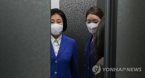 The Democratic Party's Seoul mayoral candidate Park Young-sun heads to the party's headquarters in Seoul following an exit poll in favor of the main opposition party on April 7, 2021. (Yonhap)