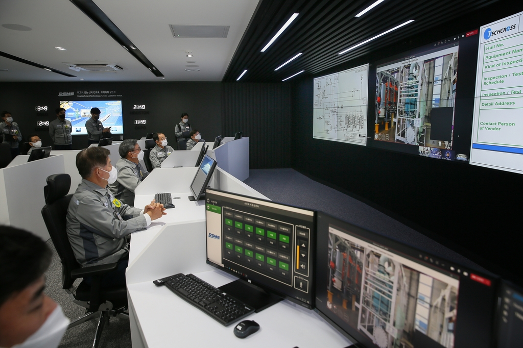 This photo provided by Daewoo Shipbuilding & Marine Engineering Co. on April 8, 2021, shows officials at the shipbuilder looking at screens at its Digital Production Center located at its Okpo shipyard on Geoje Island, 398 kilometers south of Seoul. (PHOTO NOT FOR SALE) (Yonhap)
