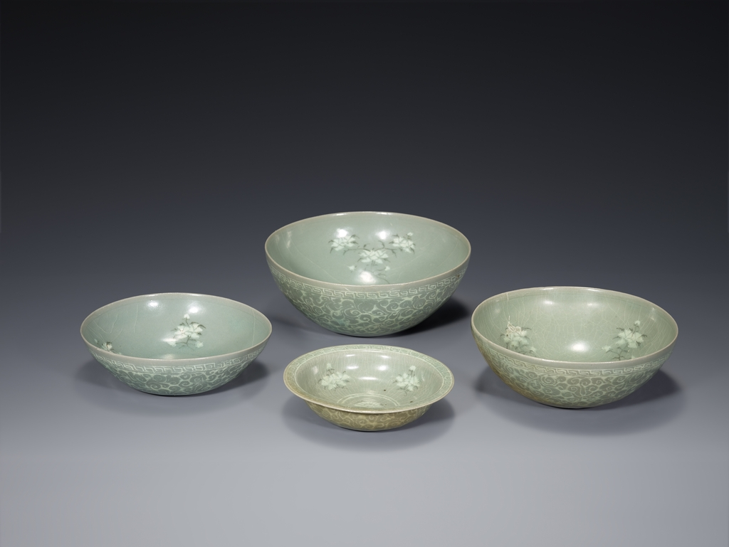This photo, provided by the Ministry of Culture, Sports and Tourism, shows Celadon Bowls and Dish with Inlaid Peony Design, which is designated as South Korea's Treasure No. 1039. (PHOTO NOT FOR SALE) (Yonhap)