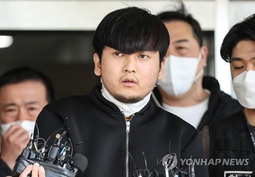 This photo shows Kim Tae-hyun, 24, being sent to prosecutors from Dobong Police Station in Seoul on April 9, 2021, on suspicion of killing a woman whom he had allegedly stalked, her mother and younger sister on March 23. A police committee has concluded that the disclosure of the man's personal information, including his photo and name, was in the public interest, given the gravity of his crime and the level of attention on the case. (Yonhap)