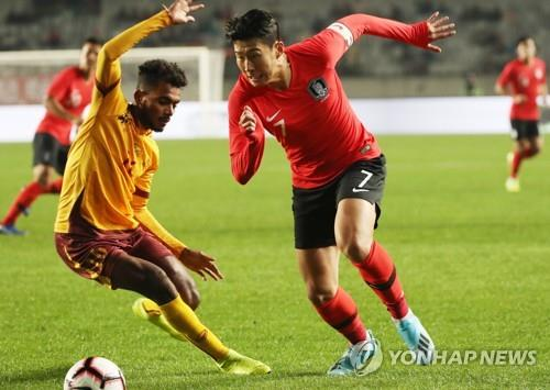 In this file photo from Oct. 10, 2019, Son Heung-min of South Korea (R) dribbles the ball against Sri Lanka in the teams' Group H match in the second round of the Asian qualification for the 2022 FIFA World Cup at Hwaseong Sports Complex Main Stadium in Hwaseong, Gyeonggi Province. (Yonhap)