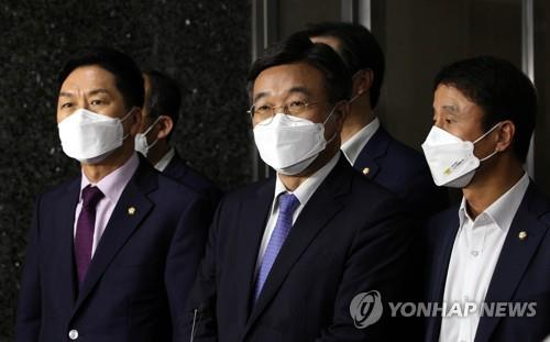 This photo provided by the National Assembly press corps shows Reps. Kim Gi-hyeon (from L) and Yun Ho-jung, floor leaders of the People Power Party and Democratic Party, respectively, speaking to reporters after their decision on a controversial media bill on Sept. 29, 2021. (Yonhap)