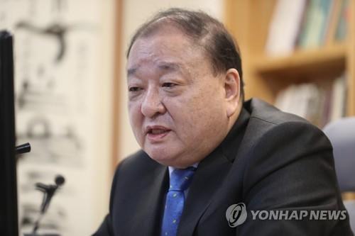 オンラインで記者会見を行う姜氏=17日、ソウル(聯合ニュース)