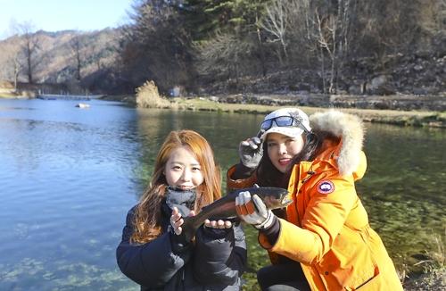 포즈를 취하는 박정 프로(오른쪽)와 금영은 씨 [사진/성연재 기자]