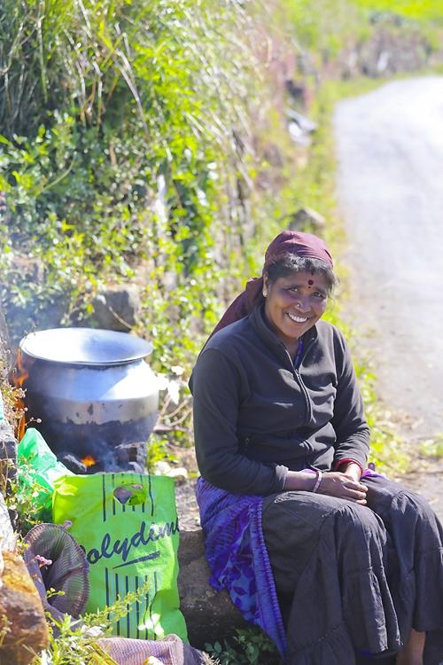 하푸탈레의 한 차밭에서 타밀족 여인이 차를 끓이고 있다. [사진/성연재 기자]