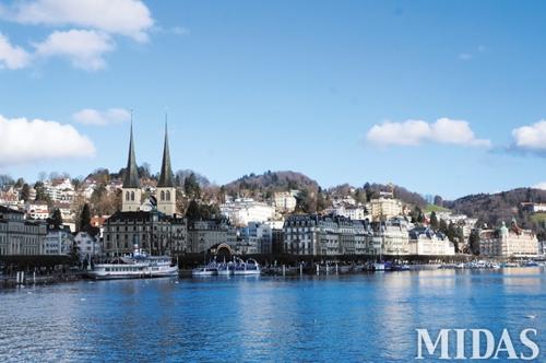 아름답고 깨끗한 스위스의 자연 풍경을 간직한 루체른 호수.