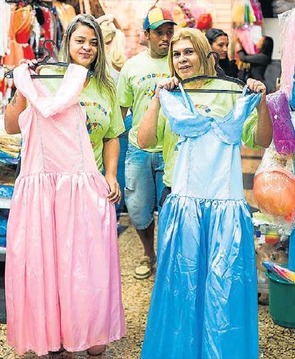 """""""여자아이들은 분홍색, 남자아이들은 푸른색 옷을 입는 게 좋다""""는 여성가족인권부 장관의 발언을 비꼬는 의미에서 두 가지 색깔로 제작된 카니발 의상 [브라질 일간 에스타두 지 상파울루]"""