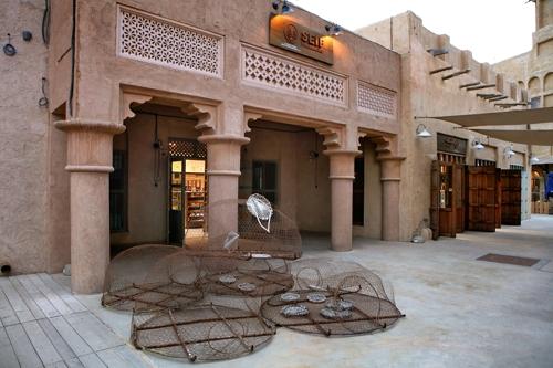 과거에 쓰던 고기잡이 도구가 미술 작품처럼 놓여 있는 알 시프 거리 [사진/한미희 기자]