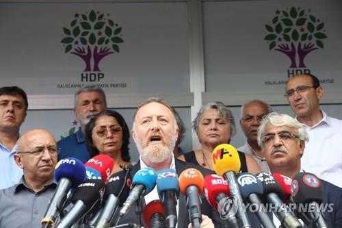 정부의 HDP 소속 시장 해임에 반발하는 세자이 테멜리 HDP 공동대표