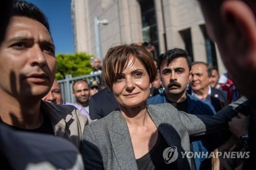 징역 9년 8개월 형이 선고된 야권 정치인 자난 카프탄즈오을루