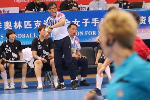 중국전에서 선수들에게 지시를 내리는 강재원 감독.